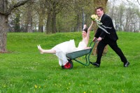Brautpaar im Schubkarren
